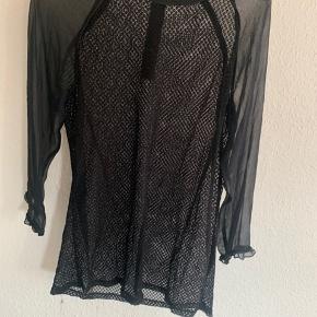 Gennemsigtig net skjorte fra Custommade. Er brugt lidt og derfor vasket, hvilket har medført lidt løst fnuller i bunden af trøjen. Fejler dog intet og dette kan muligvis sagtens klippes af/pilles af.