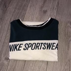 Sælger denne Nike t-shirt da jeg ikke bruger den mere  Str xs brugt 2-3 gange, så derfor i rigtig god stand   100 kr + fragt
