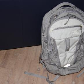 Ergonomisk rygsæk fra North Face. Flere lommer.