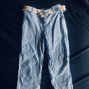 Der er en lille misfarvning på benet. Det ses ikke når tøjet er på. Derfor sælges de billiget. Inklusiv Ralph Lauren bælte.