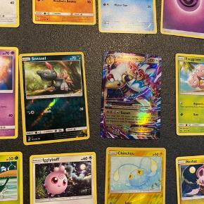 """Fast pris. Sender ved køb over 50kr.  Pokemon kort! 19 alm. Pokemon samlekort + 1 EX specielkort sælges Samlet a kun 25kr. Inkl glimmerkort/shiny-kort.  Har flere samlekort """"bunker"""" til salg pp mine andre annoncer."""