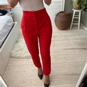 Fine røde bukser fra Zara i str xs. De er helt nye. Sælges til 150 kr. Kan afhentes i Kbh K eller sendes med dao til pakkeshop. Jeg giver mængderabat ved køb af flere ting - se mine andre annoncer