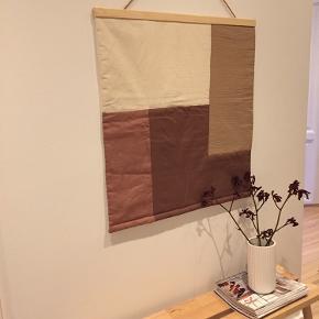 Nylavet vægtæppe i bomuld / hør, quiltet, i farverne nude / brun / gammelrosa/ offwhite  Måler 68x74 cm Patchwork / plakat / tæppe / dekoration / plakat