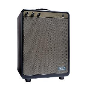 Sælger denne SACKit BOOMit Batteridrevet højtaler jeg har fået i gave. Den er stadig i uåbnet pakke. Inkl. kvittering naturligvis. Butikspris ca.: 1699 kr.  Sendes på købers regning men foretrækker personlig afhentning.  Info: BOOMit er en eksklusiv batteridrevet højttaler med indbygget Bluetooth 5.0. med lydniveau og batteritid nok til at holde en havefest og dansende gæster i gang hele natten. BOOMit er det perfekte centrum for din næste fest. BOOMit spiller ikke bare vanvittigt højt for en batteridrevet højttaler og giver op til 6 timers spilletid på en enkelt opladning, den giver også en klar og ren lyd selv, når højtaleren er på max volumen. BOOMit er en True Wireless Stereo højttaler.  BOOMit er til dig, der ikke kan få nok lyd, og som elsker, når musikken pumper og stemningen spredes, men som også ønsker stilrent lækkert design og friheden til at tage stemningen med dig overalt.  Mål: L26,8 B19 H36 cm Farve: Sort Specifikationer: Output power: 45W. Bass: 30W, 4ohm, 8 inch. Diskant: 15W, 4ohm hver