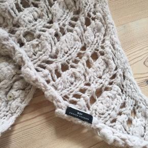 Varmt sjal / tørklæde i svagt rosa fra bMB. Måler ca 200x100 cm. Besat med fine pailletter langs de to korte sider - se billed 3.
