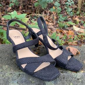 Sorte heels fra Impo i str. 7,5 (passer en 39, som jeg er) . Brugt en gang 🦋  Søgeord 🔎 :   Julefrokost - nytår - fest - galla