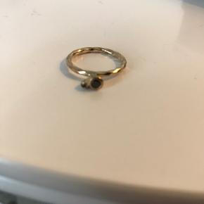 Smuk ring med sten   Byd endelig! 😊 Køb flere ting, så deler vi gerne fragten 🥳
