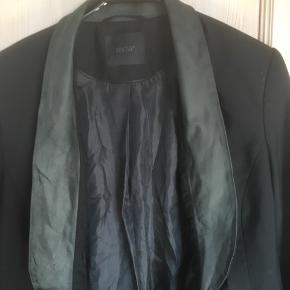Gestuz jakke str. 36 .  Et flot snit med en grønlig skind kant som sidder indvendig.  Jakken er som ny  Pris 200 kr