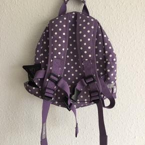 God, solid tur-rygsæk til børnehave- og indskolingspigen. Den er vejrbestandig og kan snildt holde madpakken tør på en regnvåd dag. Med polstrede stropper og ryg.   Standen er GMB.  Nypris 299,-  Sender gerne