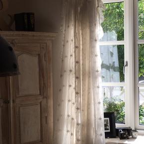 Smukke Lene Bjerre gardiner i lyst cremefarvet stof med fine detaljer og bindebånd. Fejler intet og fra ikke ryger og dyrefrit-hjem. Nypris set til 799 kr. pr. fag. Sælges for 300 kr. pr. fag men sælges helst samlet for 1.100 kr.