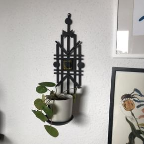Fed retro væghængt holder til f.eks. en potteplante eller et stearinlys 💫 har en stor glasfirkant i gul på, og er ellers i sort støbejern som dog nogle steder har lidt rust. Overordnet pæn stand 👌🏼🌷 måler ca. 38 cm i længden, og 12 cm på det bredeste sted. Diameter på underskålen er 10 cm.   Bemærk - afhentes ved Harald Jensens plads eller sendes med dao. Bytter ikke 🌸  💫 Retro loppefund støbejern støbe jern gul sort