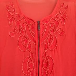 Smuk bluse . Perfekt til sommer.  Rigtig god til stranden også over en bikini 🌻☀️  BYD ✨