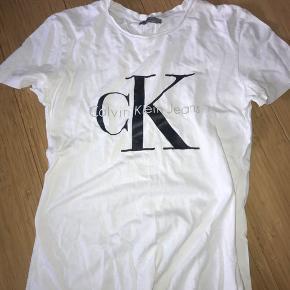 Calvin Klein t-shirt med et lille bitte hul for neden.   Str. 36/S