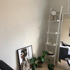Hvid skråreol fra Ide møbler. Som ny. 😃 150 kr