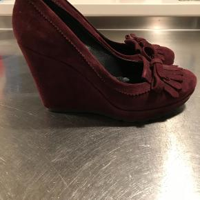 Beautiful Apair wedge shoes in bordeaux ruskind with details. Heel about 9cm and platform about 2,5cm. Worn couple of times inside only and therefore considered as new.
