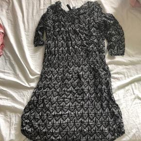 Kjole med mønster og trekvart ærmer fra H&M. Fejler intet
