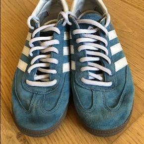 Sælger disse fine indendørs Adidas sko/sneakers. Det er str. 40 2/3. De er kun anvendt til idræt få gange (indenfor), derfor næsten som nye og ikke gået skæve eller slidte. Fra røgfrit hjem. Forsendelse med DAO.