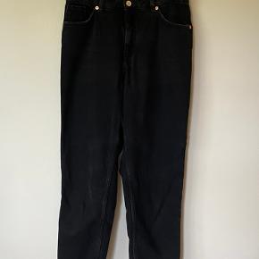 Grå/sorte mom jeans fra monki. Modellen er Taiki  str. 29.