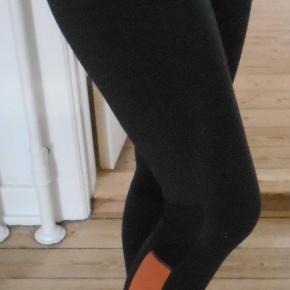 Beskrivelse Flotte tights, købspris 600 kr. Har været brugt få gange. Med bred elastik i livet. Farven er koksgrå og fersken farvet. Indvendig benlængde: 68 cm, livvidde: 73 cm. Med lille inderlomme ved taljen. Sendes med DAO.