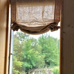 4 stk beige rulle/lift gardiner fra Ellos. Bredde 80 cm. Materialet er hør. Har aldrig været brugt.  Sælges for 100 kr pr stk. Nypris 450 kr.