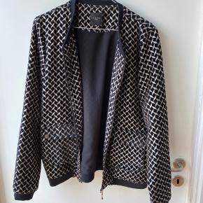 Lækker jakke (til indendørs brug) i guld og sort. Brugt få gange.