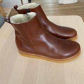 Super lækre støvler m lammefor og rågummisål.   Brugt én gang (ganske kort). Måtte erkende at de er for små :-/  Ser ud som nye, ud over at man naturligvis kan ane på sålen, at de har været gået med.   Nok lidt lille i str.