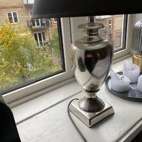 """Super fin sølv lampe med sort lampe skærm og pære medfølger!   Kunne godt trænge til ny skærm, da der (som vist på billede) er misfarvning af solen og en ridse på """"bagsiden"""" af skærmen.   Ca. 50/53 cm høj. + 1.30 cm ledning."""