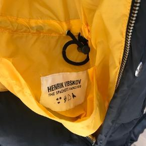 Varetype: Jakke Farve: Mørkeblå Oprindelig købspris: 3000 kr.  Vildt behagelig dunjakke fra Henrik Vibskov (The Spaghetti Handjob Kollektion).   Mulighed for at vende den på vrangen til gul.