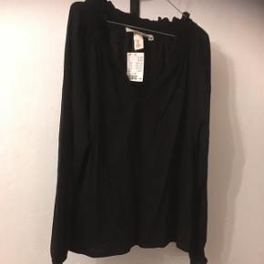 Ny og ubrugt enkel sort bluse med v udskæring fra H&M i str. M.  Originalpris 129. Sælges til 40kr,  evt. dit bud.  Aarhus