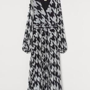 Sort/hvid kjole fra H&M. Størrelse 36, men lille i størrelsen. Passer 34/36