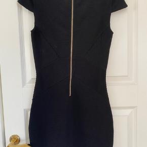Meget tætsiddende kjole med fremhævede deltaljer til former.  #30daysofsellout