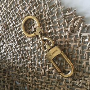 Louis Vuitton Key chain eller strap extender til din shoulder bag for at forøge stroppens længde. God stand, stadig guld på store dele af den. Lidt slid. Det er en udgået model.