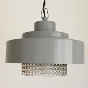 Grå lampe pendel fra house doctor. Loftlampe, Retro look, glas. Nyprisen var 2050 kr. Mål højde 20 cm, diameter 30 cm.