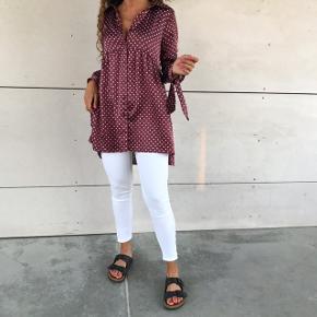 SÆLGER HELE SÆTTET 💛  - Hvide jeans fra 2ND ONE, str xs 💛  - Prikket silke skjorte fra Zara, str xs 💛 — SOLGT
