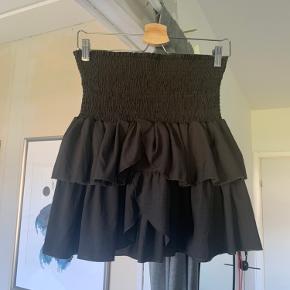 Neo noir Carin nederdel i grå   God stand, brugt nogle enkle gange.   Passer også medium