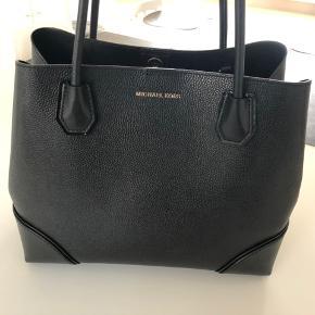 Super lækker taske hvor der er plads til mindre pc og rigtig god inddeling så det hele ikke vælger sammen. Brugt sparsomt og fremstår rigtig flot og næsten som ny