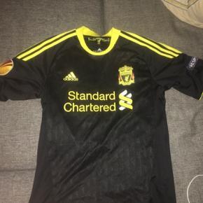 Sælger en masse Liverpool og Real Madrid fodboldtrøjer. Jeg har 10 Liverpool trøjer og 8 Real Madrid trøjer. De er alle sammen med navn bagpå  Skriv en pb med besked for flere billeder også finder vi en pris
