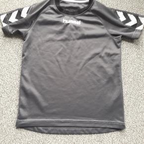 Hummel T-shirt str 134 Mørkegrå  Brugt  Fra røgfrit og dyrefrit hjem