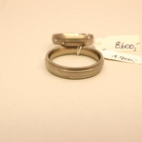 Ring, titanium, Kaj Jensen  2 stk. vielsesringe udført i titanium, den ene prydet med 6 stk. 0,01 kt. WSI brillanter  Har kvittering på ringene der hænger også stadig de originale priser  Str.: 54 og 63 Vægt: Ca. 4,75 gram Nypris: Kr. 10.500,- i alt  Jeg kan mødes i Århus omegn ellers kan den sendes