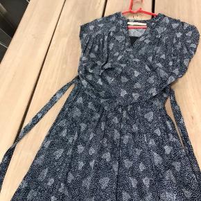 Smukt sæt nederdel str m med slidt fast linning og bindebånd bluse str s