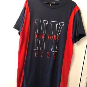 T-shirt kjole fra H&M i str. 44 i mørkeblå og rød. Sidder nok bedst på en str. 40/42 så den bliver dejlig oversized.  Omkring 85-90 cm lang. Afhentes i Hellerup eller sendes med DAO 🌸