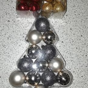 4 æsker med julekugler. Mål 3 cm og 4 cm. I plastik.  Farve. Guld.sølv.rød.grøn.  Aldrig brugt.  Prisen er for alle æsker..