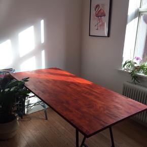 Et lækkert, oliebehandlet bord. Få år gammelt og velholdt, velegnet som spisebord eller større skrivebord. Klassiske IKEA bordben medfølger  (To hjem er blevet til ét og vi prøver at sikre, at de overskydende ting ikke går til spilde! Tjek endelig min profil ud - der er rigtig meget småt, men godt!)