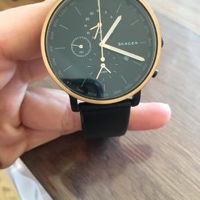 Skagen ur sælges. Det har været brugt lidt, men ses nærmest ikke. Der medfølger en orginal æske til selve uret.