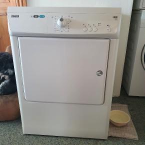 4år gamle tørretumbler sælges pga flytning. Det er en super god maskine som tørre godt og er meget lydsvag. Lågen kan vendes så den passer til alle vægge. Sælges hurtigst muligt.