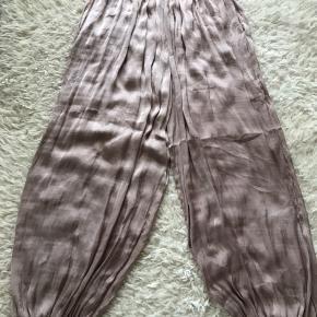 Fede haremsbukser fra Karen by Simonsen i str small. Vasket en enkelt gang, men aldrig brugt. Syningen i den ene lomme er gået op(se sidste billede). Så man skal selv kunne reparere det og prisen er sat derefter.