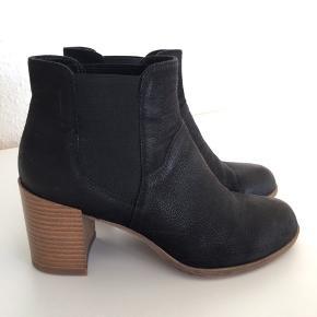 Flotte sorte læder støvler fra Vagabond. Fejler intet. Har en forfodssål i, kan fjernes, hvis man ikke ønsker det. Sælges da de er lidt for store. Er normal i størrelsen. Sender ikke. Skal afhentes i Esbjerg. Nypris 1000 kr, pris 450 kr.