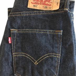Super fede Levis jeans i størrelsen w29 L32 De er næsten som nye, og nærmest ikke brugt. Modellen er den klassiske 501