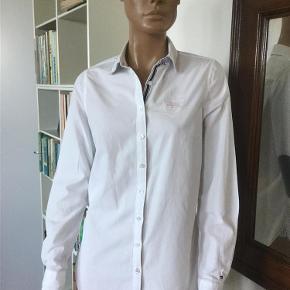 Virkelig lækker skjorte med detaljer  Længde mb ca 68 cm Bryst ca 48 cm x 2  Bomuld  Gerne mobilepay Bytter ikke  Virkelig lækker skjorte med detaljer Farve: Hvid