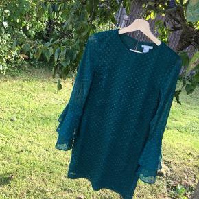 Pæn kjole i en smuk forrest green farve med de fineste ærmer. Aldrig brugt. Send gerne en besked hvis du er interesseret eller vil have fler' billeder. Fortsat god dag☺️☀️  Røgfrit hjem✅  OBS: Jeg har meget mere til salg i samme dur på min side. Tag et kig. Hvis der er mere du kan lide, så kan det komme med i samme parcel, så du kun behøver at betale fragt én gang. - jeg mødes også gerne, hvis det er✨